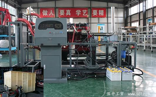 昨天,我们田中刚把发动机试验台装箱发货,估计现在还在去往连云港的旅途中。 发动机试验平台也称为发动机测试台或发动机试验工作台。主要用于发动机实验室,为发动提供的测试性能的基础平台。是卡车行业不可缺少的工具之一。 济南田中工贸研发生产的发动机试验平台采用灰铸铁制造,加工成品之前必须经过两次人工退火处理,去除其内应内。根据需方的要求在工作面上加工T型槽、圆孔、长孔等。并预留地脚螺栓孔。产品合格率达到了99.